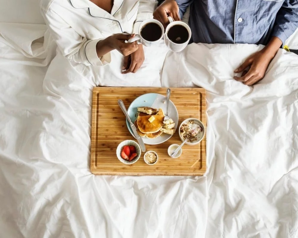 Have breakfast together in bed
