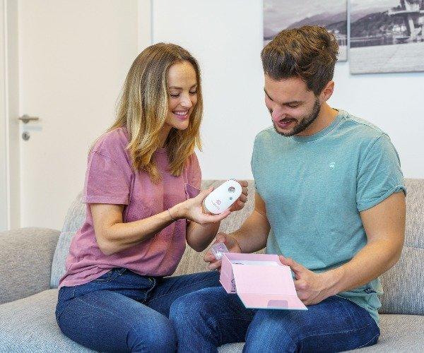 Paar packt breathe ilo aus und testet Funktion